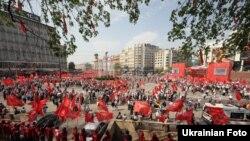 Архівне фото: прихильники КПУ святкують 1 Травня на Європейській площі в Києві, 2013 рік