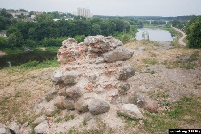 На камнях Старого замка со стороны Городничанки любят отдыхать жители Гродно, так называемое «место силы»