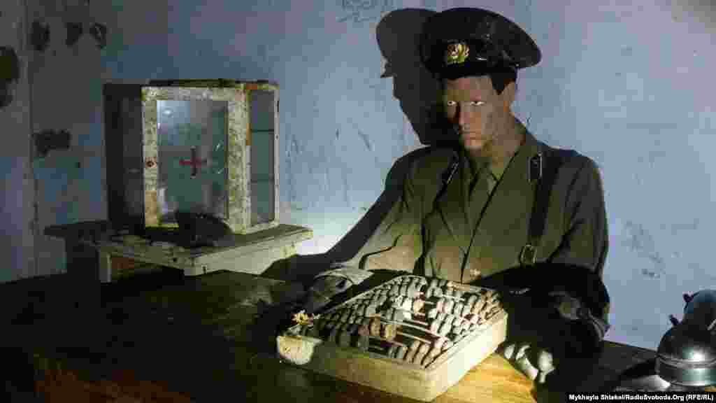 Бункер завершується лялькою капітана радянської армії. Біля нього кобура, телефон та аптечка. Поряд із лялькою вхід до іншої частини музею – так званих «диких катакомб», які використовувались ще до побудови бункеру