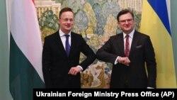 Дмитро Кулеба (п) і Петер Сійярто (л) під час зустрічі в Києві 25 червня 2020 року
