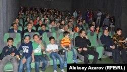 Иран киносы апталығы ашылған күні келген алматылықтар. Алматы, 28 наурыз 2016 жыл.