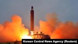 Пуск северокорейской ракеты «Нодон» с мобильной пусковой платформы «Мусудан», архив
