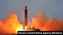 """Пуск северокорейской ракеты """"Нодон"""" с мобильной пусковой платформы """"Мусудан"""". Архивное фото"""