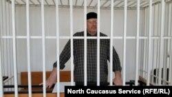 Оюб Титиев на слушаниях по делу о продлении своего ареста в Старопромысловском суде Грозного, Чечня. 25 апреля 2018 года