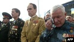 Ветераны войны в Афганистане у памятника погибшим.