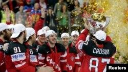 Kanadezët e festojnë triumfin në Kampionatin Botëror në hokej në akull