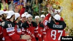 Канадские хоккеисты празднуют победу на чемпионате мира. Прага, 17 мая 2015 года.