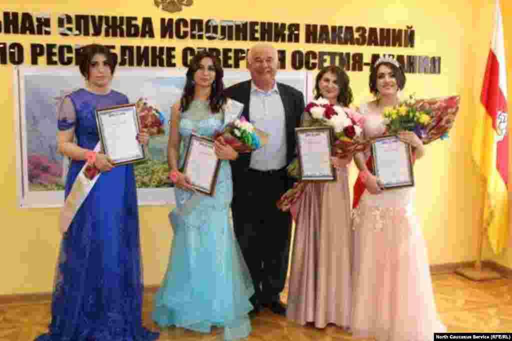 С финалистками пожелал сфотографироваться ипредседатель совета ветеранов УФСИН по республике Хазби Дзебоев
