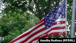 Американский флаг развевается на здании посольства США в Баку
