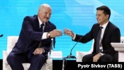 Александр Лукашенко (слева) и Владимир Зеленский