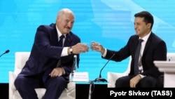 Президент Беларуси Александр Лукашенко и президент Украины Владимир Зеленский во время форума Украина-Беларусь Житомире, 4 октября 2019 года