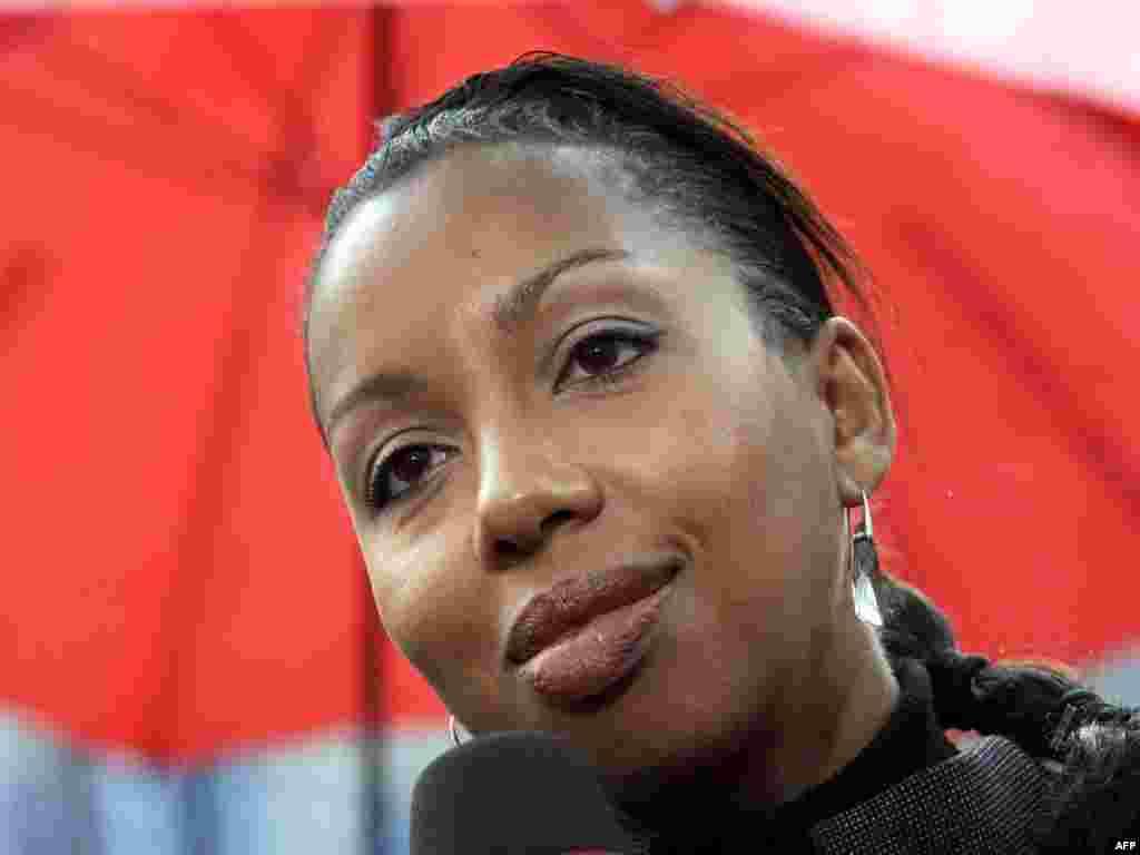 """Франко-сенегальская писательница Мари Ндиайе стала лауреатом Гонкуровской премии 2009 года за роман """"Три сильных женщины"""""""