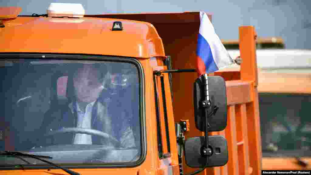 О необходимости построить переход через Керченский пролив президент России Владимир Путин заявил сразу же после аннексии Крыма – в марте 2014 года. Построить мост обещали до 2018 года, сдать в эксплуатацию – летом 2019 года.
