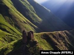 Napuštena odbrambena kula na putu prema Šatiliju. Region je dom Kevsura, ratničkog klana za koji se vjeruje da su potomci evropskih krstaša.