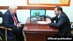 Министр обороны Армении Давид Тоноян (справа) и личный представитель действующего председателя ОБСЕ Анджей Каспшик (архив)