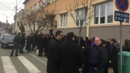 Protest podrške optuženom za seksualno zlostavljanje Milutinu Jeličiću Jutki ispred suda u Brusu