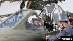 Министр обороны Ирака за рулем самолета Су-25 на авиабазе в Багдаде, март 2015 года