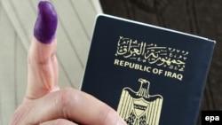 ناخب عراقي يصوت في دمشق