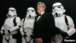 """ABŞ - """"Ulduz müharibələri"""" filmin rejissoru George Lucas filmin qəhrəmanları önündə. Boston Elm Muzeyində filmə aid tədbir .22 oktyabr 2005"""
