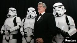جرج لوکاس، خالق جنگ ستارگان، در کنار سربازان فیلم معروف خود