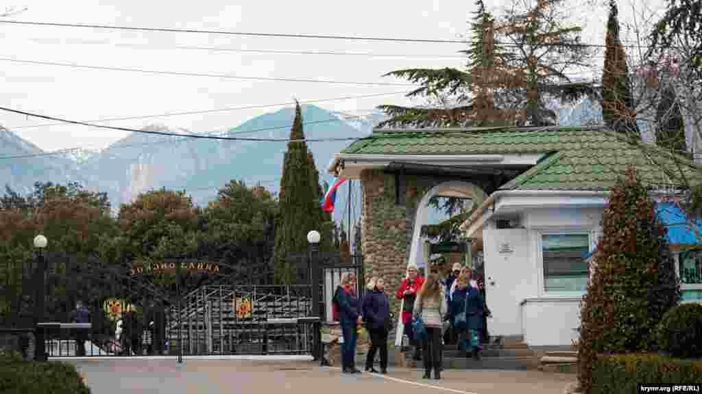 На вершинах Крымских гор еще белеет снег