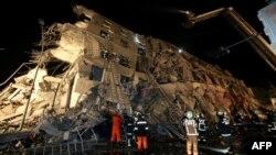 Рятувальники біля зруйнованого 17-поверхового будинку у Тайнані, Тайвань, 6 лютого 2016 року