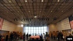 Массачусетс штатынын Бостон шаарында Жон Кеннеди китепканасынын залында маркум сенатор Эдвард Кеннединин табытына улам жаңы кишилер келип, соңку таазимин көрсөтүп жатышты. 2009-жылдын 28-августу.