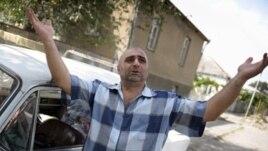 Жители Ленингорского района говорят, что давно ждут обещанных улучшений условий жизни. Местные грузины сталкиваются с проблемой пересечения границы: у многих до сих пор нет специального пропуска, не у всех есть и югоосетинские паспорта
