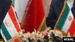 Государственные флаги Таджикистана (слева) и Ирана.
