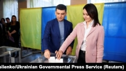 Прем'єр-міністр Володимир Гройсман із дружиною Оленою під час голосування на виборах президента України. Вінниця, 31 березня 2019 року