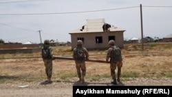 Жарылыс болған оқ-дәрі қоймасынан ұшып, тұрғын үйге түскен снарядты қазып алып, сыртқа шығарған саперлар. Арыс, Түркістан, 29 маусым 2019 жыл.