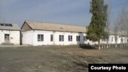 Самарқан облысындағы ауылдық орта мектеп үйі. Өзбекстан, мамыр, 2013 жыл.