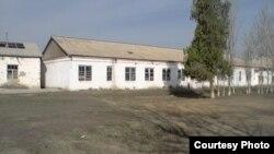 Здание средней школы в одном из сел Самаркандской области. Май 2013 года.
