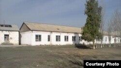 Озодликка Самарқанд вилояти Нарпай туманидаги 1947 йилда қурилган 35-мактаб биноси сифатида тақдим этилган суратлардан бири.