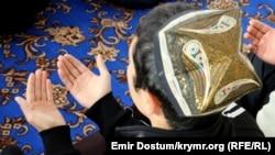 На снимке: крымский татарин во время молитвы