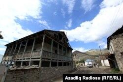 Dar küçələrdə, dağ və çay daşlarından tikilmiş evlər