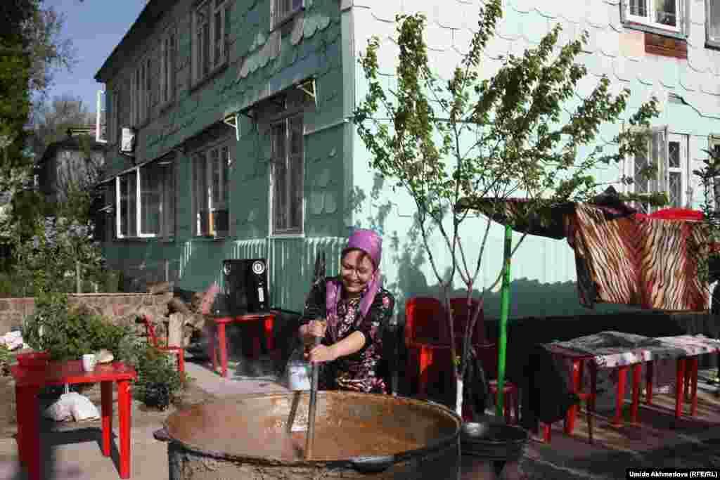 1966 жылғы жер сілкінісінен соң Сіргелі ауданында салынған жаңа үйге көшірілген өзбек отбасылардың бірі сумаляк атты ұлтық асын пісіріп жатыр.