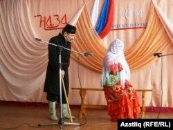 Наилә һәм Артур Шиховлар элек уйнаган спектакльдән өзек күрсәтәләр