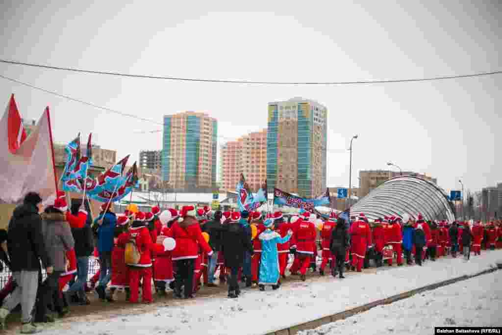 Колонна во время парада Дедов Морозов в Алматы растянулась на десятки метров.