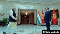 Президент Кыргызстана Алмазбек Атамбаев встречает премьер-министра Индии Нарендра Моди. Бишкек, 12 июля 2015 года.