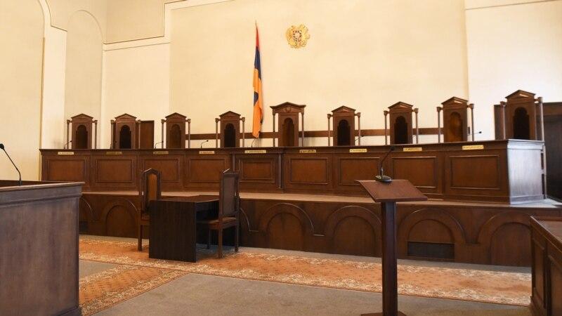Законопроект о досрочном выходе судей КС на пенсию принят в окончательном чтении