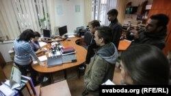 Студэнты ў адміністрацыі БДУ, падаюць пэтыцыю. Менск, 11 лістапада 2015