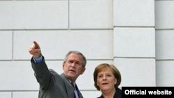 عکسی از بوش و مرکل در حاشیه نشست سال گذشته هشت رهبر کشورهای صنعتی جهان.