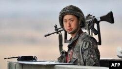 Հարավկորեացի զինվորը Հյուսիսային Կորեայի հետ սահմանին, արխիվ