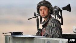 Південнокорейський солдат на посту в демілітаризованій зоні, що розділяє Південну і Північну Кореї, 5 квітня 2013 року