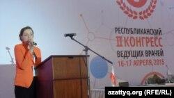 Участник на трибуне республиканского конгресса врачей Казахстана. Шымкент, 15 апреля 2015 года.