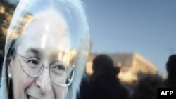 Портрет Анны Политковской на митинге памяти журналистки, 7 октября 2010 г