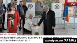 Президент Армении Серж Саргсян проголосовал на выборах в НС, Ереван, 2 апреля 2017 г.