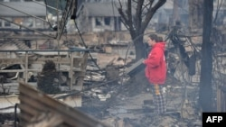Дауыл қиратқан қалаға қарап тұрған әйел. Нью-Йорк, 30 қазан 2012 жыл