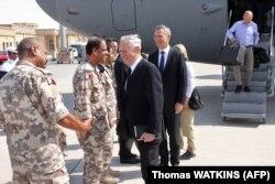 Міністр оборони США Джим Маттіс (в центрі) та Генеральний секретар НАТО Єнс Столтенберґ (праворуч) в Катарі, 28 вересня 2017 року